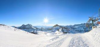 Località di soggiorno di corsa con gli sci di inverno in alpi Fotografia Stock