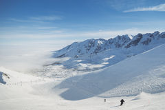 Località di soggiorno di corsa con gli sci Pendii di Snowy in montagne di inverno Fotografia Stock Libera da Diritti