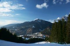 Località di soggiorno di corsa con gli sci un giorno soleggiato Immagine Stock Libera da Diritti