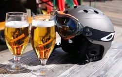 Località di soggiorno di corsa con gli sci. Vetri di birra e di un casco dello sci. Fotografie Stock Libere da Diritti