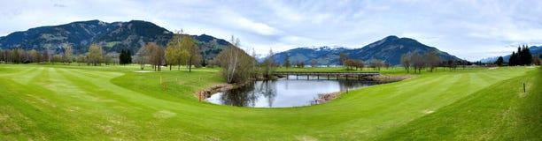 Località di soggiorno di golf con le montagne Fotografie Stock