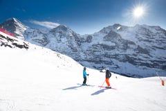 Località di soggiorno di montagna alpina dello sci svizzero con Eiger, Monch e Ju famosi Fotografia Stock Libera da Diritti