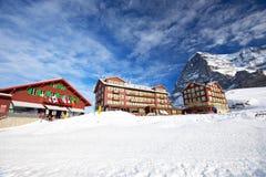 Località di soggiorno di montagna alpina dello sci svizzero con Eiger, Monch e Ju famosi Fotografia Stock