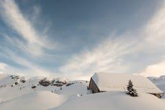 Località di soggiorno di montagna coperta in neve Fotografia Stock Libera da Diritti