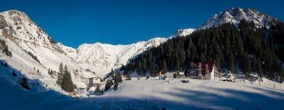 Località di soggiorno di montagna della capra nella neve di inverno fotografie stock