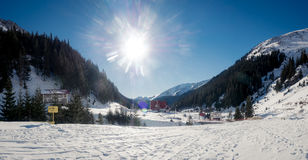 Località di soggiorno di montagna della capra nella neve di inverno immagine stock libera da diritti