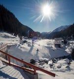 Località di soggiorno di montagna della capra nella neve di inverno immagini stock libere da diritti