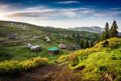 Località di soggiorno di montagna variopinta immagini stock