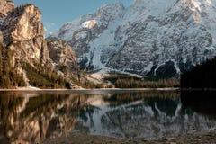 Località di soggiorno nel Nord dell'Italia Lago Braies Immagini Stock
