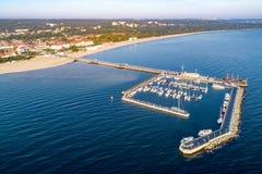 Località di soggiorno di Sopot in Polonia con il pilastro, gli yacht del porticciolo e la spiaggia Aeri fotografia stock libera da diritti