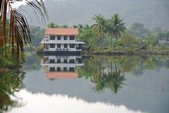 Località di soggiorno tropicale stupefacente sull'acqua Immagini Stock Libere da Diritti