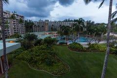 Località di soggiorno tropicale su Kauai, Hawai, nell'inverno al crepuscolo fotografia stock libera da diritti