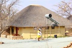 Località di soggiorno di lusso della donna delle pulizie, Namibia Fotografia Stock