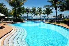 Località di soggiorno tropicale con la piscina Fotografia Stock Libera da Diritti