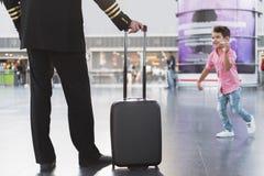Localização piloto no aeroporto perto do filho Imagem de Stock