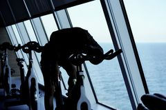 Localización cansada de la mujer joven en la bicicleta de giro imagen de archivo libre de regalías