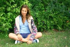 Localización de la muchacha en hierba Fotografía de archivo libre de regalías