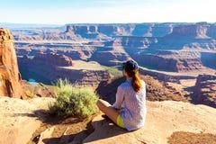 Localización de la mujer en el top de la montaña rocosa fotografía de archivo libre de regalías