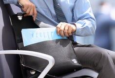 Localización del hombre de negocios en una silla y documentos que salen con GR fotos de archivo
