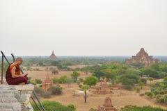 Localización del monje en el top de Shwesandaw foto de archivo