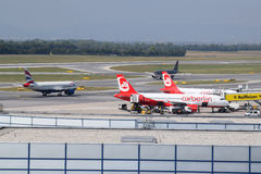 Localización en el aeropuerto de Viena con British Airways a321, Royal Jordanian a320 y Air Berlin a320 en el tiro hermoso Fotografía de archivo libre de regalías