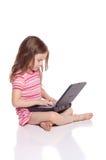Muchacha linda con un ordenador portátil Fotos de archivo