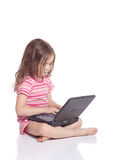 Muchacha linda con un ordenador portátil Imagen de archivo libre de regalías