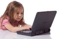 Muchacha linda con un ordenador portátil Imagen de archivo