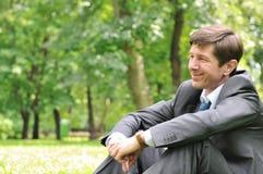 Localización mayor del hombre de negocios en parque Imagen de archivo libre de regalías