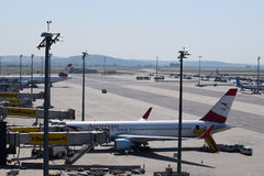 Localización terminal en el aeropuerto de Viena con Austrian Airlines Boeing 767-300er y Boeing 777-200lr en la puerta Foto de archivo libre de regalías