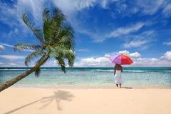 Localización tropical con la palmera y la mujer Imágenes de archivo libres de regalías