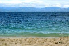Localizado a través del estrecho de Moalboal, isla de Bohol, Cebú, Filipinas foto de archivo libre de regalías
