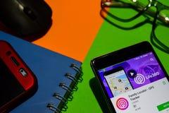 Localizador da família - colaborador app do perseguidor de GPS na tela de Smartphone fotografia de stock royalty free
