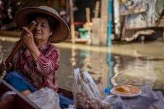Localpeoples bubla owoc, jedzenie i pamiątki przy sławnym atrakci turystycznej Damnoen Saduak floation martket Tajlandia, fotografia royalty free