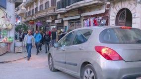 Locals и туристы идут в уличный рынок в Tanger видеоматериал