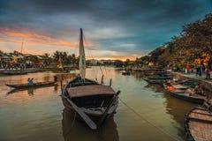 Locals и туристы наслаждаясь вечером, Hoi река Стоковая Фотография RF