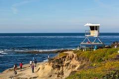 Locals и туристы наслаждаясь красивым днем во время зимнего времени в Сан-Диего приставают, в южной Калифорнии, США к берегу Стоковые Изображения RF