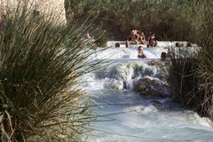 Locals и туристы плавают в известных горячих источниках в Saturnia Стоковое Изображение