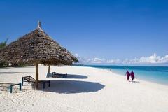Locals die op strand in Zanzibar loopt Stock Fotografie
