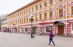 Locals e turistas que andam na rua de Arbat Fotos de Stock Royalty Free