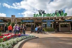 Locals e turistas que apreciam um bonito em San Diego Zoo, em Califórnia do sul, EUA Imagem de Stock
