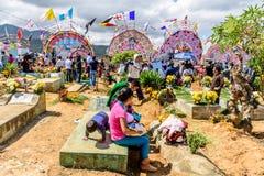 Locals en el cementerio, festival gigante de la cometa, Santiago Sacatepequez, imagen de archivo libre de regalías
