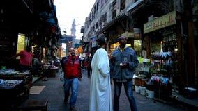 Locals en el mercado de Khan El Khalili en El Cairo almacen de metraje de vídeo