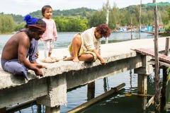 Locals en el pueblo del pescador imagenes de archivo