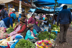 Locals en un mercado en la ciudad de Pisac, en el valle sagrado fotos de archivo