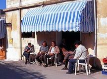 Locals fuera de una barra, Chipre Fotografía de archivo
