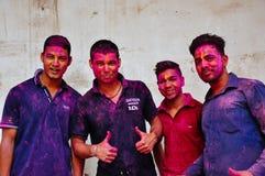 4 locals jovenes disfrutan del festival de Holi en Delhi, la India Imágenes de archivo libres de regalías
