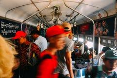 Locals que montan el tren del círculo en Rangún Foto de archivo