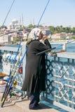 Locals que pescam no brigde sobre o chifre dourado Fotos de Stock Royalty Free