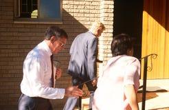 Locals que recorren en una iglesia en Suráfrica fotos de archivo libres de regalías